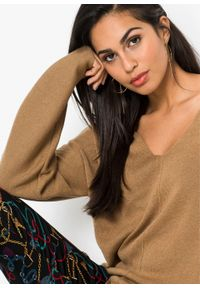 Beżowy sweter bonprix melanż, z dekoltem w serek