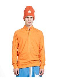 ROBERT KUPISZ - Pomarańczowy t-shirt Now Mod. Typ kołnierza: kołnierzyk koszulowy. Kolor: pomarańczowy. Materiał: bawełna. Długość rękawa: długi rękaw. Długość: długie. Wzór: nadruk