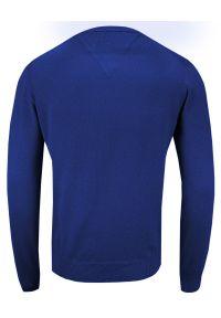 Niebieski sweter Adriano Guinari klasyczny, z dekoltem w serek, do pracy