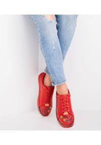 MARQUIIZ - Buty sportowe damskie Marquiiz A-9273 Czerwone. Kolor: czerwony. Materiał: tworzywo sztuczne. Obcas: na obcasie. Wysokość obcasa: średni, niski. Sport: turystyka piesza