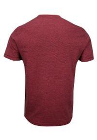 Czerwony T-shirt Męski, Krótki Rękaw -Just Yuppi- Koszulka, z Nadrukiem, z Napisami, w Drobne Paski. Okazja: na co dzień. Kolor: czerwony. Materiał: bawełna. Długość rękawa: krótki rękaw. Długość: krótkie. Wzór: nadruk. Styl: casual