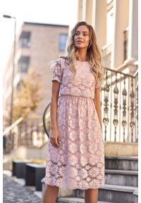MOE - Różowa Koronkowa Rozkloszowana Midi Sukienka z Krótkim Rękawem. Kolor: różowy. Materiał: koronka. Długość rękawa: krótki rękaw. Długość: midi