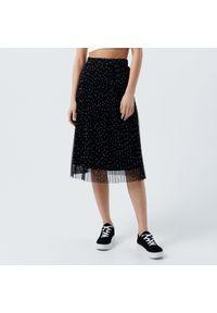Cropp - Plisowana spódnica w groszki - Czarny. Kolor: czarny. Wzór: grochy