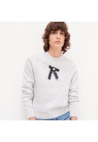 Szary sweter Reserved z kokardą