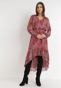 Born2be - Czerwona Sukienka Eidousa. Typ kołnierza: dekolt w serek. Kolor: czerwony. Materiał: tkanina. Wzór: paisley, aplikacja, nadruk. Typ sukienki: asymetryczne. Długość: midi