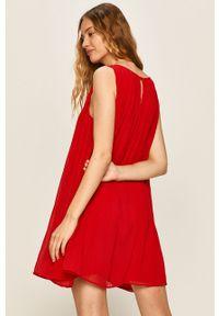 Czerwona sukienka Answear Lab bez rękawów, wakacyjna, plisowana, na co dzień