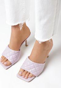 Born2be - Liliowe Klapki Thalaxise. Nosek buta: otwarty. Kolor: fioletowy. Materiał: skóra ekologiczna. Wzór: aplikacja. Styl: elegancki