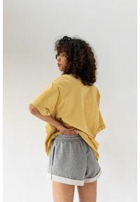 Marsala - T-shirt typu oversize w kolorze HAZELNUT- COY BY MARSALA. Materiał: bawełna, elastan. Styl: elegancki