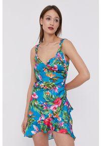 Guess - Sukienka. Materiał: tkanina. Długość rękawa: na ramiączkach. Typ sukienki: rozkloszowane