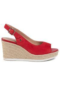 Czerwone sandały Geox na obcasie, na średnim obcasie