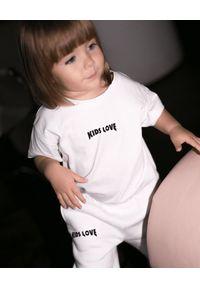 KIDS LOVE - Biały t-shirt Menfi. Kolor: biały. Materiał: dresówka