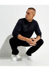 Versace Jeans Couture - VERSACE JEANS COUTURE - Granatowa bluza bez kaptura z logo. Typ kołnierza: bez kaptura. Kolor: czarny. Materiał: materiał. Długość rękawa: długi rękaw. Długość: długie #5