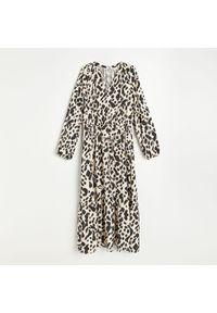 Reserved - Wzorzysta sukienka z wiskozy - Kremowy. Kolor: kremowy. Materiał: wiskoza