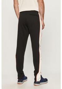 Czarne spodnie dresowe Under Armour z aplikacjami