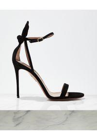 AQUAZZURA - Czarne zamszowe sandały Deneuve. Okazja: na randkę. Zapięcie: pasek. Kolor: czarny. Materiał: zamsz. Obcas: na obcasie. Wysokość obcasa: średni