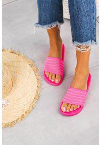 Różowe klapki Casu w kolorowe wzory, na lato