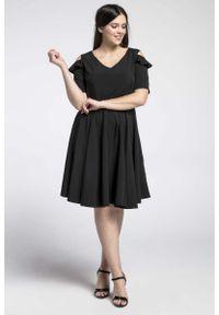 Nommo - Czarna Kobieca Rozkloszowana Sukienka z Wycięciem na Ramieniu PLUS SIZE. Kolekcja: plus size. Kolor: czarny. Materiał: wiskoza, poliester. Typ sukienki: dla puszystych