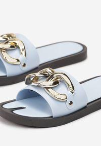 Renee - Jasnoniebieskie Klapki Andrielez. Nosek buta: otwarty. Kolor: niebieski. Materiał: guma. Wzór: gładki, aplikacja