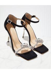 MACH&MACH - Czarne sandały na szpilce z kryształami Rosie. Zapięcie: pasek. Kolor: czarny. Materiał: satyna. Wzór: kwiaty, gładki, paski, aplikacja. Sezon: lato. Obcas: na szpilce. Wysokość obcasa: średni