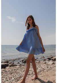 Marsala - Sukienka z tkaniny plumeti w kolorze błękitnym - MALIBU BY MARSALA. Okazja: na imprezę, na co dzień. Typ kołnierza: kołnierz z falbankami. Kolor: niebieski. Materiał: tkanina. Długość rękawa: na ramiączkach. Sezon: lato. Typ sukienki: proste. Styl: wakacyjny, casual