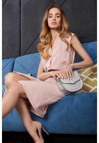 Style - Elegancka pastelowa sukienka z paskiem. Okazja: do pracy. Materiał: elastan. Długość rękawa: bez rękawów. Typ sukienki: szmizjerki, dopasowane. Styl: elegancki