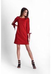 e-margeritka - Sukienka z rozciętymi rękawami czerwona - 36. Kolor: czerwony. Materiał: tkanina, poliester, materiał, elastan. Sezon: wiosna. Typ sukienki: proste, trapezowe. Styl: elegancki. Długość: mini