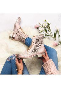 Różowe botki Arturo Vicci w ażurowe wzory, z cholewką