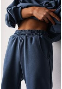 Marsala - Spodnie dresowe typu jogger w kolorze BREEZY BLUE - DISPLAY BY MARSALA. Stan: podwyższony. Materiał: dresówka. Styl: elegancki