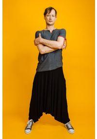 Czarne spodnie Hultaj Polski w kolorowe wzory