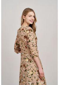 Marie Zélie - Sukienka Asteria Aenean beżowa. Kolor: beżowy. Materiał: materiał, skóra, bawełna, elastan. Wzór: gładki. Typ sukienki: trapezowe. Styl: klasyczny