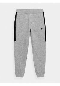 4f - Spodnie dresowe jogggery chłopięce. Okazja: na co dzień. Kolor: szary. Materiał: dresówka. Styl: casual