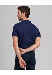 GANT - Granatowy t-shirt polo z bawełnianej piki. Okazja: na co dzień. Typ kołnierza: polo. Kolor: niebieski. Materiał: bawełna. Wzór: haft. Styl: sportowy, klasyczny, casual