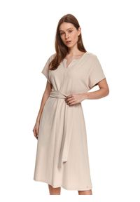 TOP SECRET - Gładka sukienka midi z krótkim rękawkiem i wiązaniem w talii. Kolor: beżowy. Długość rękawa: krótki rękaw. Wzór: gładki. Styl: wizytowy, elegancki. Długość: midi