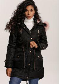 Renee - Czarna Kurtka Ilirona. Kolor: czarny. Materiał: futro, materiał. Wzór: aplikacja