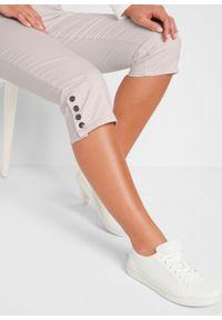 Spodnie rybaczki ze stretchem, wygodnym paskiem i guzikami bonprix pudrowy biały. Kolor: szary
