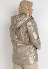 Born2be - Brązowa Kurtka Flaxae. Typ kołnierza: kołnierzyk stójkowy. Kolekcja: plus size. Kolor: brązowy. Materiał: tkanina