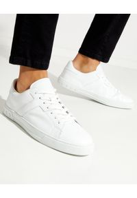 TOD'S - Białe sneakersy z monogramem. Nosek buta: okrągły. Kolor: biały. Materiał: guma. Wzór: gładki. Obcas: na płaskiej podeszwie