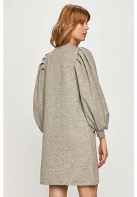 Vero Moda - Sukienka. Kolor: szary. Materiał: dzianina, poliester. Długość rękawa: długi rękaw