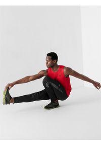 4f - Top treningowy regular szybkoschnącymęski. Kolor: czerwony. Materiał: włókno, dzianina, materiał. Długość rękawa: bez rękawów