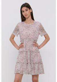 Jacqueline de Yong - Sukienka. Kolor: różowy. Materiał: dzianina, materiał. Długość rękawa: krótki rękaw. Wzór: gładki. Typ sukienki: rozkloszowane