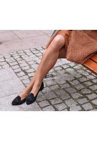 Zapato - zamszowe balerinki w szpic - skóra naturalna - model 045 - kolor czarny welur. Zapięcie: bez zapięcia. Kolor: czarny. Materiał: welur, skóra, zamsz. Wzór: motyw zwierzęcy, kwiaty, kolorowy. Obcas: na obcasie. Styl: klasyczny. Wysokość obcasa: średni