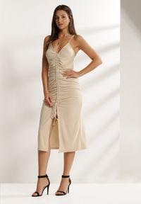 Renee - Jasnobeżowa Sukienka Usinsya. Kolor: beżowy. Materiał: dzianina. Długość rękawa: na ramiączkach. Typ sukienki: bodycon. Długość: midi