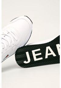 Białe sneakersy Tommy Jeans z cholewką, z okrągłym noskiem, na sznurówki