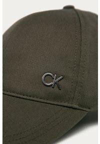 Oliwkowa czapka z daszkiem Calvin Klein gładkie
