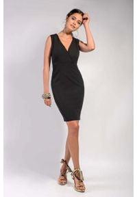 Nommo - Czarna Klasyczna Dopasowana Sukienka z Kopertowym Dekoltem. Kolor: czarny. Materiał: wiskoza, poliester. Typ sukienki: kopertowe. Styl: klasyczny