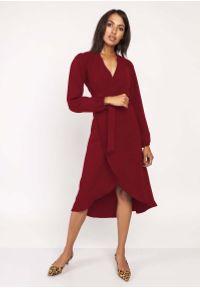 Lanti - Bordowa Asymetryczna Sukienka Kopertowa z Wiązanym Paskiem. Kolor: czerwony. Materiał: poliester. Typ sukienki: asymetryczne, kopertowe