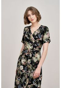 Marie Zélie - Sukienka Irmina Phoenix czarna. Kolor: czarny. Materiał: materiał, skóra, tkanina, poliester, wiskoza. Długość rękawa: krótki rękaw. Wzór: napisy. Typ sukienki: proste, kopertowe