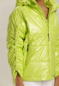 Renee - Jasnozielona Kurtka Throsk. Typ kołnierza: kołnierzyk stójkowy. Kolor: zielony. Materiał: tkanina. Długość rękawa: długi rękaw. Długość: długie. Wzór: aplikacja