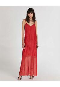 Patrizia Pepe - PATRIZIA PEPE - Czerwona sukienka maxi z kreponu. Kolor: czerwony. Materiał: wiskoza. Długość rękawa: na ramiączkach. Długość: maxi