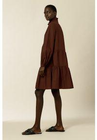 IVY & OAK - Sukienka TBA. Typ kołnierza: kołnierzyk stójkowy. Kolor: czerwony. Materiał: bawełna. Długość rękawa: długi rękaw. Typ sukienki: rozkloszowane